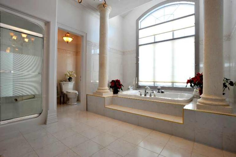 6-piece ensuite with separate shower, Jacuzzi and bidet