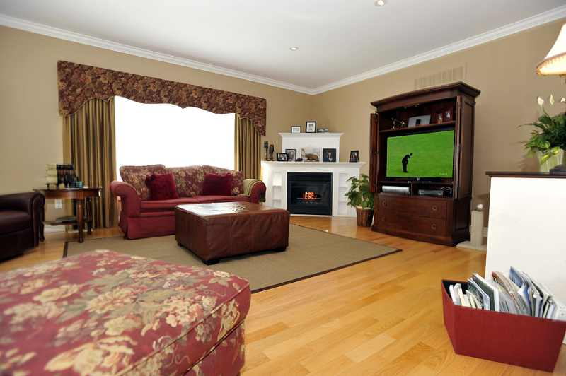 Great Room hardwood flooring, a gas fireplace, crown mouldings, pot lighting