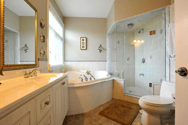 lovely 6-piece ensuite with jacuzzi