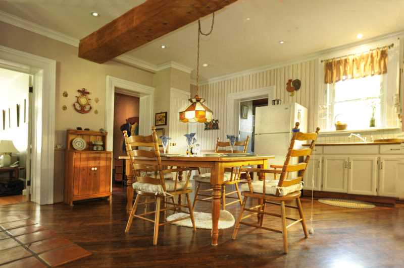 hardwood, crown moulding, country kitchen