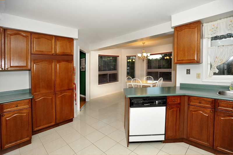 oak kitchen, breakfast area, ceramic floor, walk out to patio