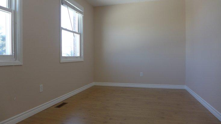 2 windows, laminate, closet, bedroom
