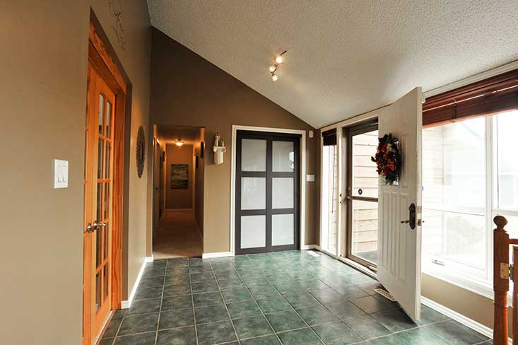 Ceramic floors, open concept foyer