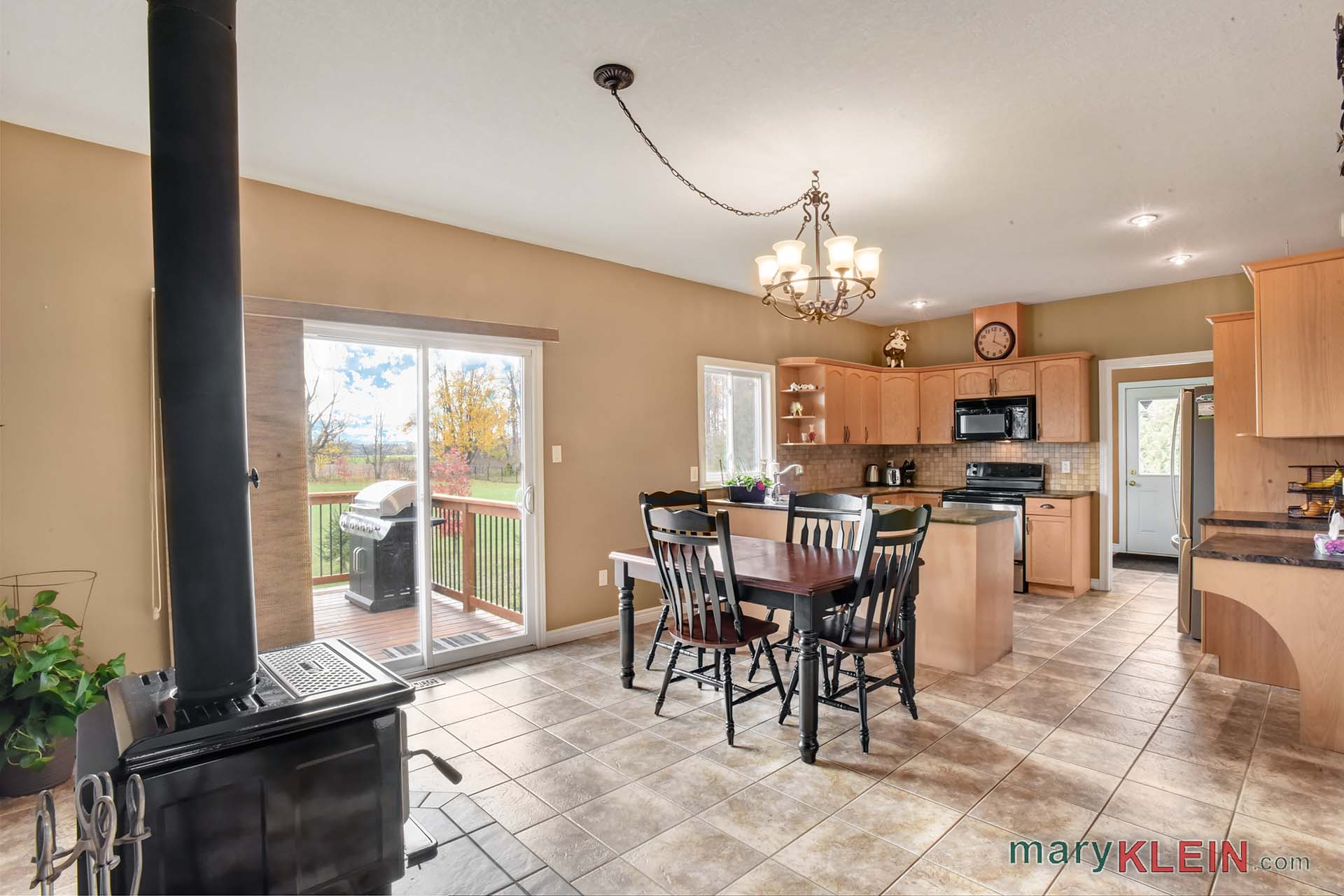 large open concept eat in kitchen