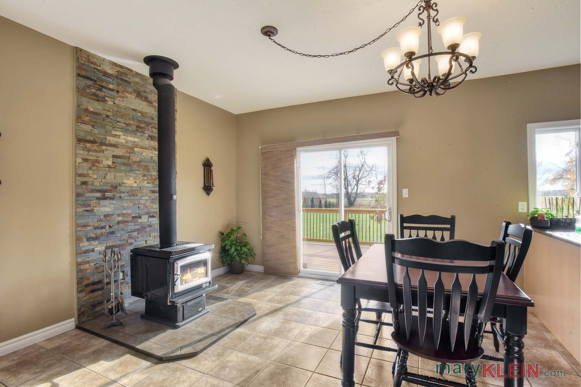 Wood stove, eat in kitchen